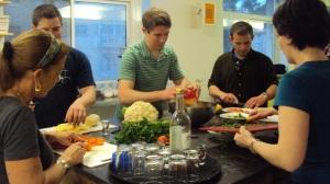 אברהם הוסטל. אורחים מבשלים ארוחות משותפות