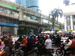 התנועה בבנגקוק. תחרות עזה על כל סנטימטר כביש