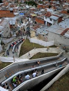 מדרגות נעות אל שכונות העוני במדלין, קולומביה