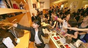 תיירים סינים בחנות לואיס ויטון